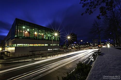 Ville de Nancy - La médiathèque Jules Verne et le boulevard de l'Europe à Vandoeuvre pendant l'heure bleue matinale #GrandNancy