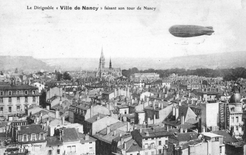 Ville de Nancy - Dirigeable survolant la ville