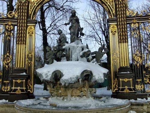 Ville de Nancy - Fontaine de la place Stanislas sous les glaces